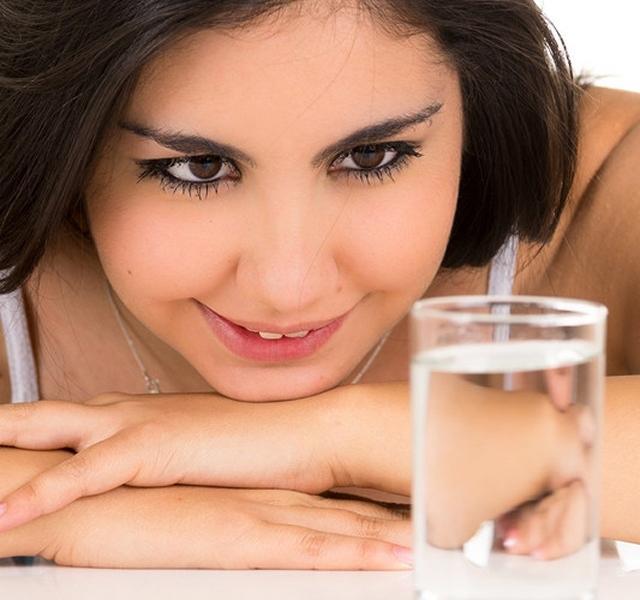 Ha így iszod a vizet, rengeteg betegséget orvosolhatsz: köztük a rákot és a magas vérnyomást!