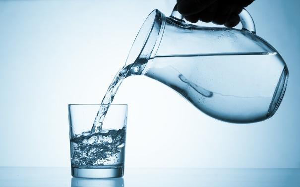 magas vérnyomás kezelése vizet öntve egy pohárból egy pohárba
